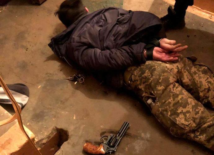 У Чернівцях поліцейські оперативно затримали хулігана, який з пістолета поранив чоловіка